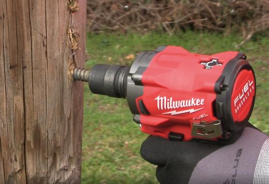 électroportatif : utilisation d'une boulonneuse Milwaukee pour la pose d'un tirefond sur poteau bois