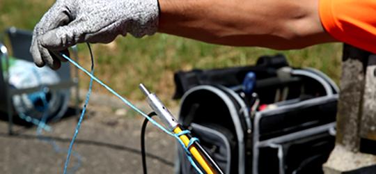 accrocher le cable telecoms a aiguille de tirage avec la ficelle de tirage